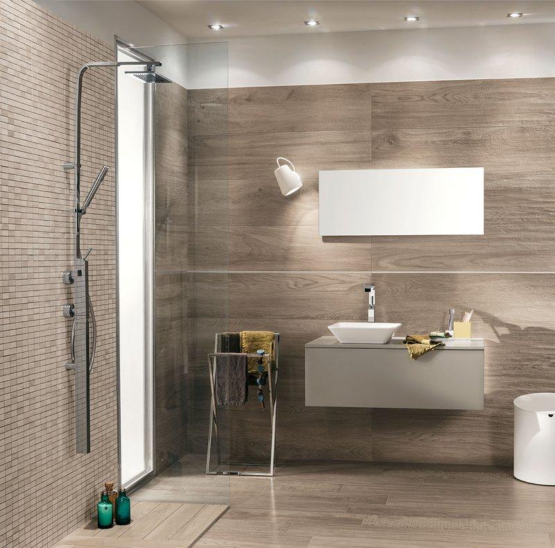 Idee bagno piccolo rivestimenti effetto legno signature for Bagni rivestimenti e pavimenti